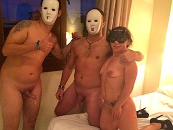 A la camarera le gustan las fiestas y se folla a piloto de avion cliente con 4 camareros.